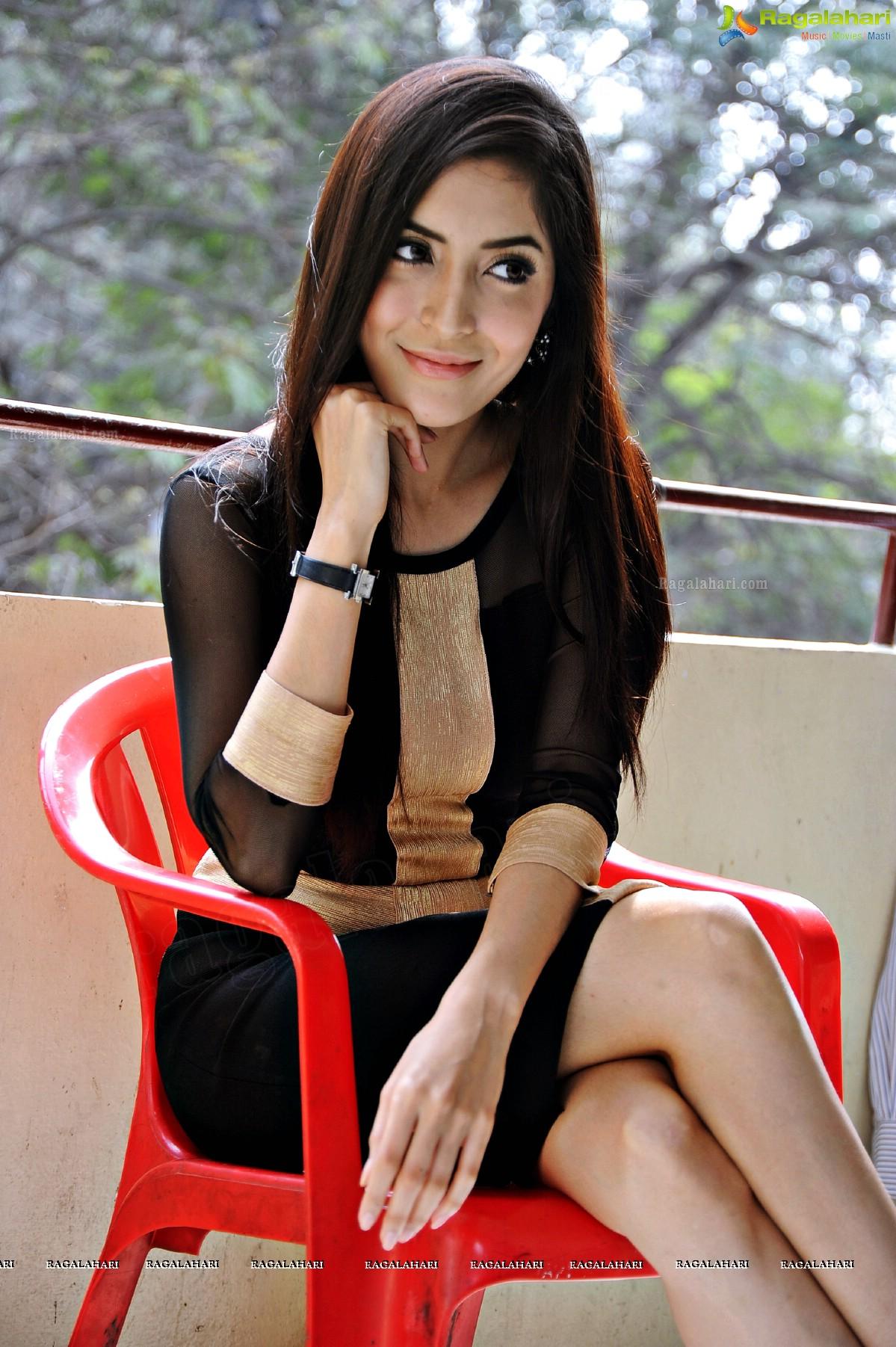 Pinky Savika Image 99