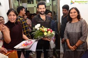 Hero Ram Inaugurates 'Heartists Arti Mahotsav' Gallery