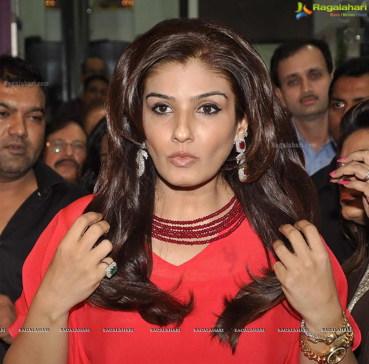 Raveena Tandon launches new collection \'Colors\' at Waman Hari ...